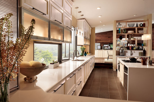 Kendrick Maple Square in Parchment shines in this contemporary kitchen. Glass doors and open shelves play up the natural setting while long banks of cabinetry lead the eye across the space for a streamlined effect.