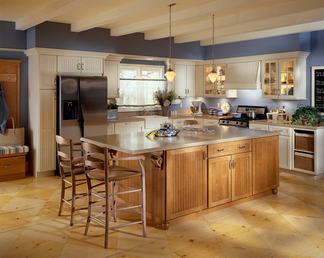 Create a farmhouse appeal in your kitchen with cabinetry in Biscotti and Ginger. Enjoy subtle details from Beaded paneling to open shelving.
