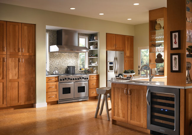 Putnam in Cherry Honey Spice lends a sleek but comfortable style to this contemporary kitchen. Open shelves create display space for favorite serving pieces while maintaining the airy feel.
